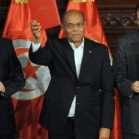 D'esquerra a dreta : Mustafà Ben Jaafar , president de l'Assemblea Nacional Constituent , el president Moncef Marzuki , i el sortint primer ministre , Ali Yarayedh.