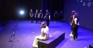 Alumnes de diferents instituts, reproduïnt una escena conjunta.