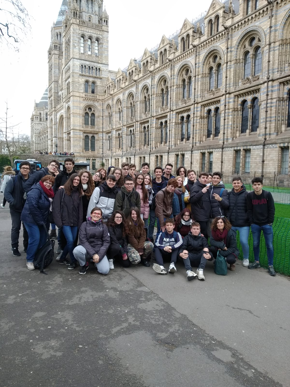 el grup complert davant el Natural History Museum de Londres