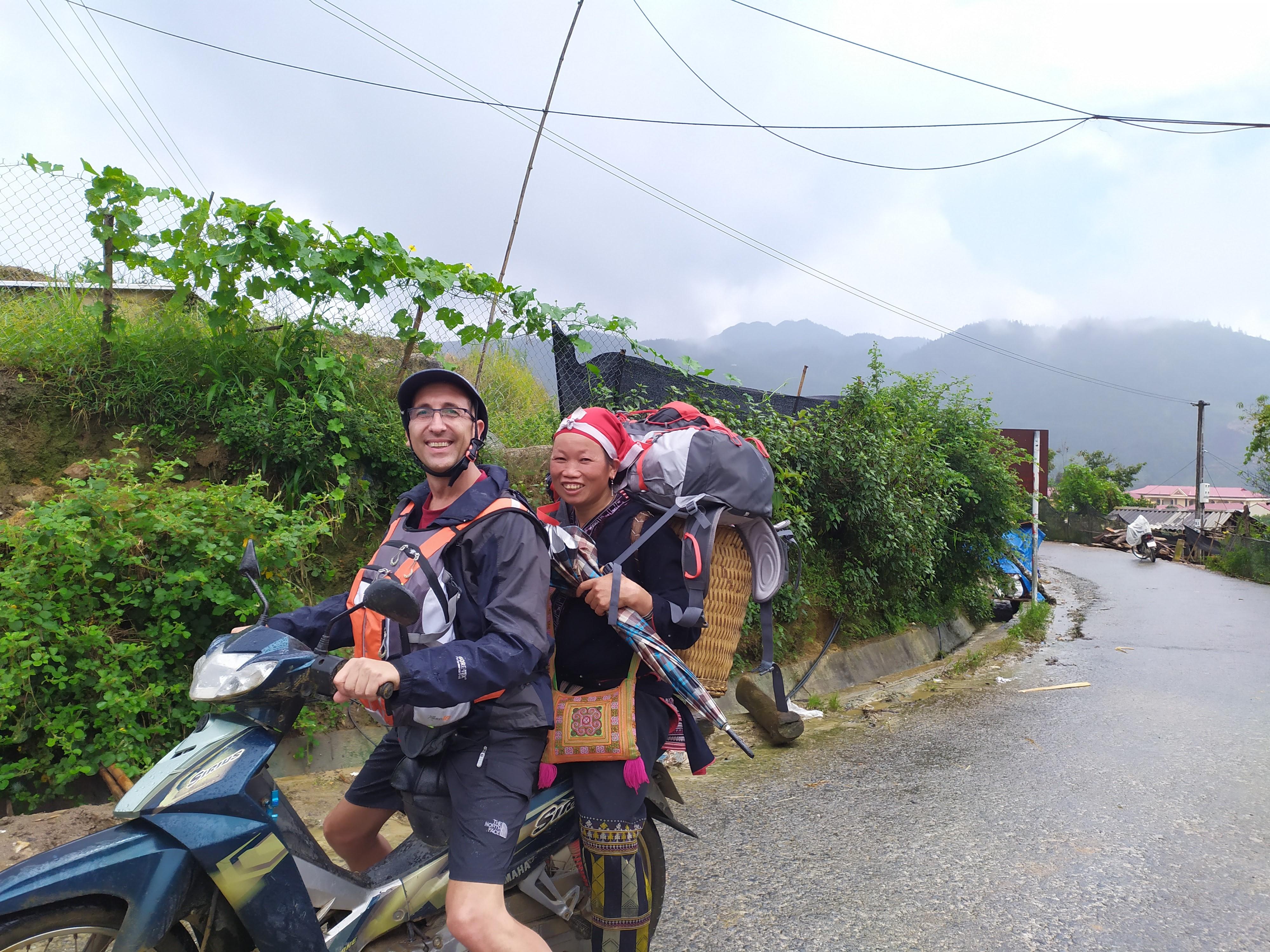 El profesor Iván Hereza de camino a una aldea del norte del Vietnam