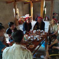 compartiendo la comida con una familia en la casa en construcción