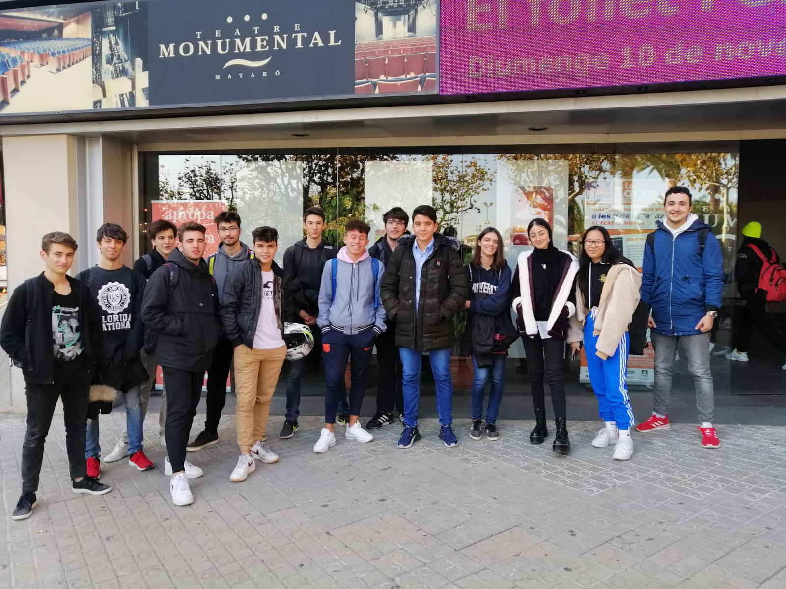 Alumnes de 2n de batxillerat davant el Teatre Monumental