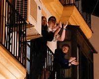 Los vecinos en los balcones aplaudiendo